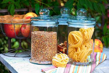 Vorratsgläser Nudeln Getreide Äpfel