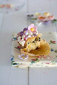 Angebissener Cupcake Fondant-Blüten