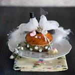 Weisse Hochzeitstauben auf Cupcake Muffin