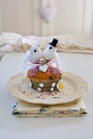Cupcake Hochzeit mit Tauben, Brautpaar und Zuckerherzen