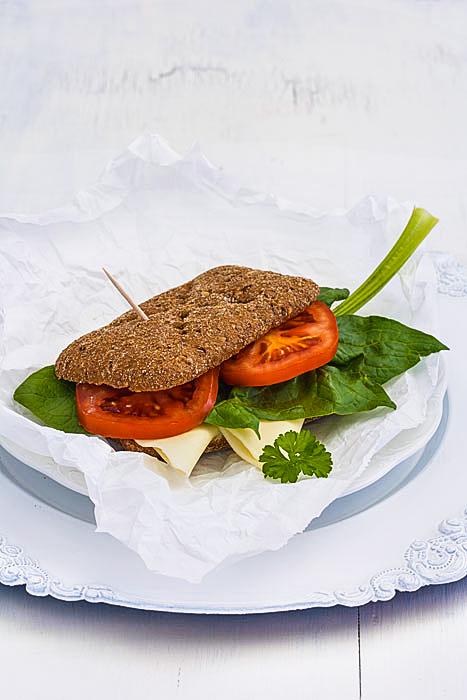 Käsebrötchen mit Spinat und Tomaten - vegetarisches Sandwich