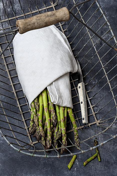 Frischer grüner Spargel im Erntekorb Asparagus officinalis