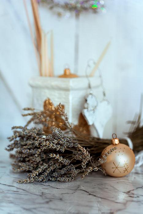 Weihnachten goldene Weihnachtskugeln Lavendel Kerzen