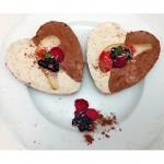 Rohkost Schokoladentorte Törtchen mit Birne und Früchten Heidelbeeren Himbeeren