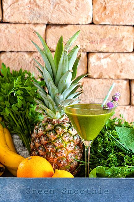 Glas grüner Smoothie mit Ananas Rohkost Kräuter