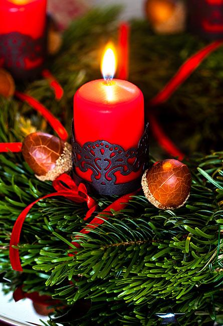 Weihnachtsbild Adventskranz mit roten Kerzen und Deko-Eicheln
