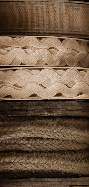 Alte Shabby Chic Vintage Holzspulen mit Zackenlitze Kordel Leinenband
