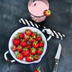 Frische Erdbeeren alte Emaille Schale Milk-Shake Mandelmilch Smoothie