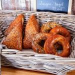 Laugen-Bagel Laugenbrötchen Bäckerei Laugengebäck im Korb