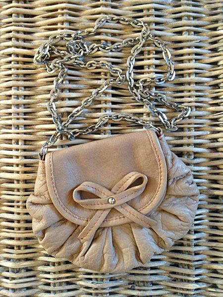 Lederbeutel Schleifen-Tasche auf Korb Kettenriemen rose beige