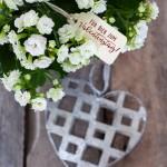 Valentinstag Grußkarte weisse Blumen mit Herz