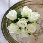 Weisse Rosen Silbertablett