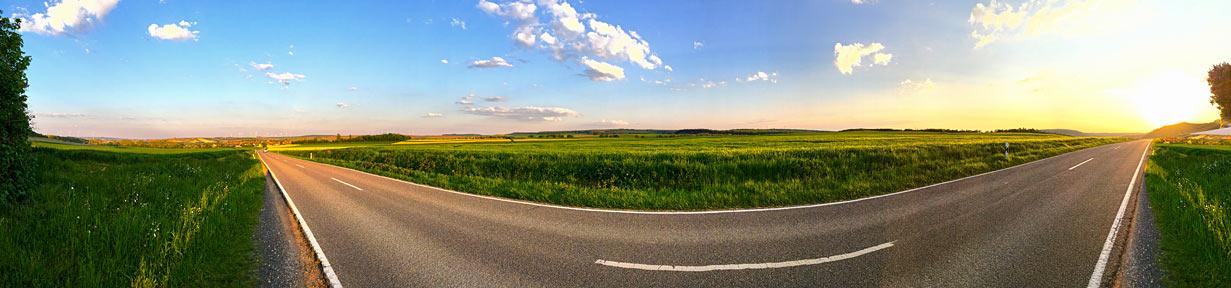 Landstraße Felder Wiesen Himmel