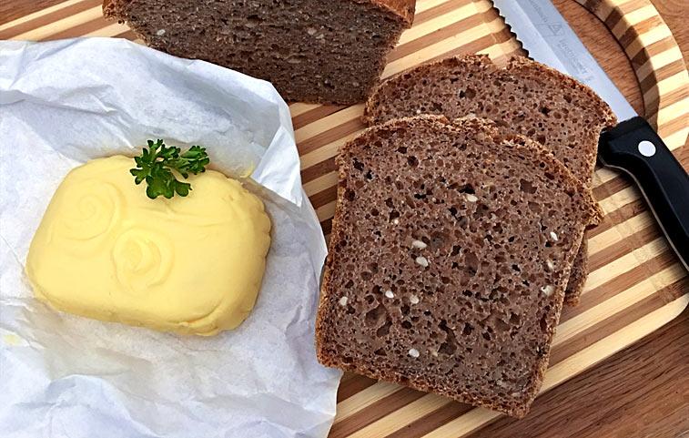 Selbstgemachte Butter und Brot