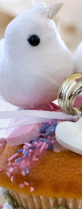 Hochzeitsdeko Tauben mit Eheringen auf einem Cupcake