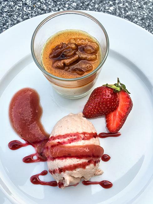 Walnuss Panna Cotta Karamell Rhabarber Mousse mit frischen Erdbeeren