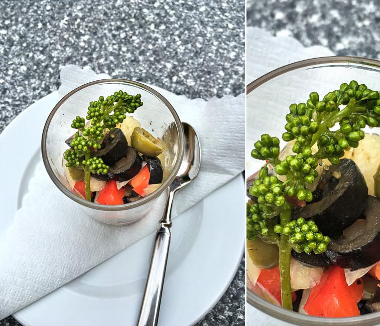 Paprika-Oliven-Zwiebel-Salat Weintrauben-Blüten