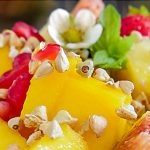 Buchweizen Granola auf Obstsalat