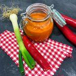 Hot sauce chilisauce mit Lauchzwiebel