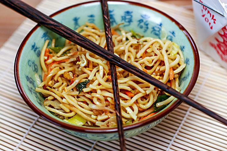 Asiatisches Nudelgericht mit Stäbchen