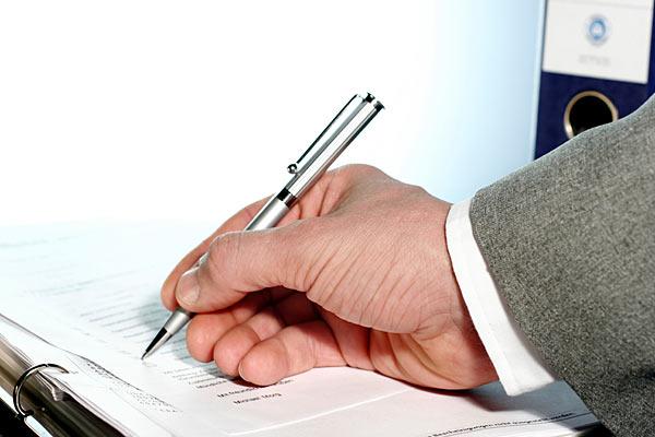 Managerhand Unterschrift Business-Vertrag Kugelschreiber