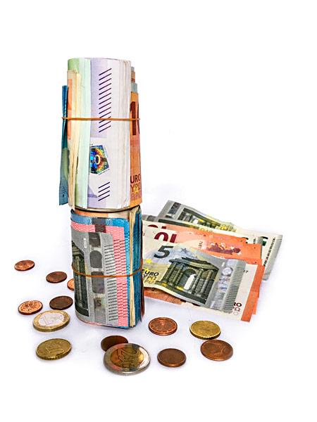 Gerollte Euro-Scheine Geldscheine Münzen