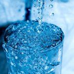 Sprudelndes Wasser-Glas
