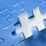 Aufgestelltes Puzzle-Teil blau