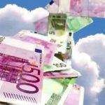 Fliegende Geldscheine fallen vom Himmel