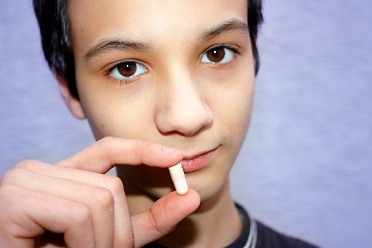 Junge mit Tabletten