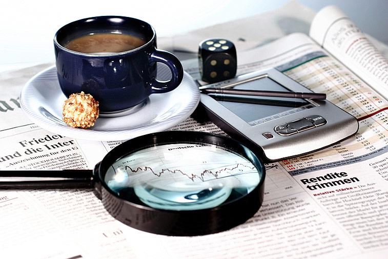 Kaffeetasse Zeitung Lupe Rendite
