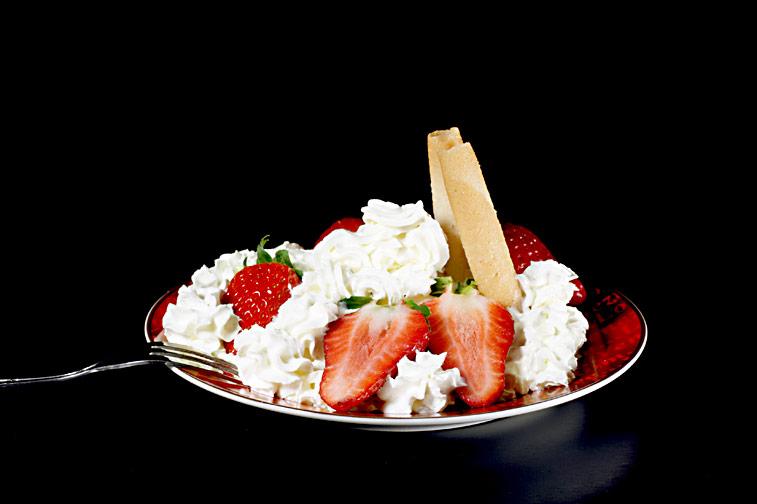 Erdbeeren Sahne Waffelröllchen