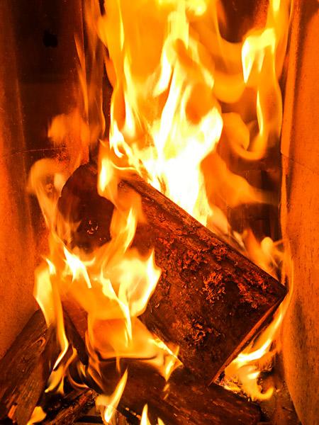 Kaminfeuer brennende Holzscheite