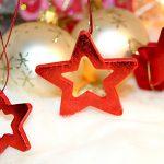 Weihnachten rote Weihnachtssterne Holz Weihnachtskugeln Christbaumkugeln