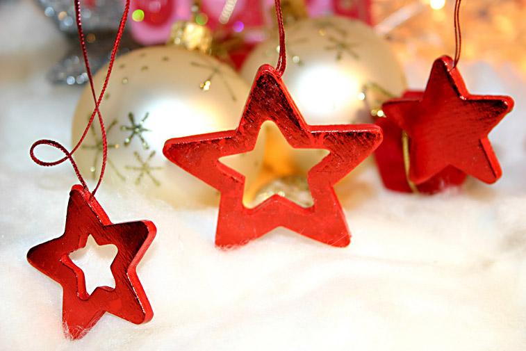 weihnachten rote weihnachtssterne holz weihnachtskugeln christbaumkugeln. Black Bedroom Furniture Sets. Home Design Ideas