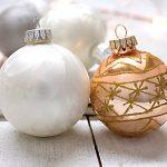 Weisse Weihnachtskugeln goldene Christbaumkugeln