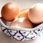 Frische Bio Eier in einer Schale