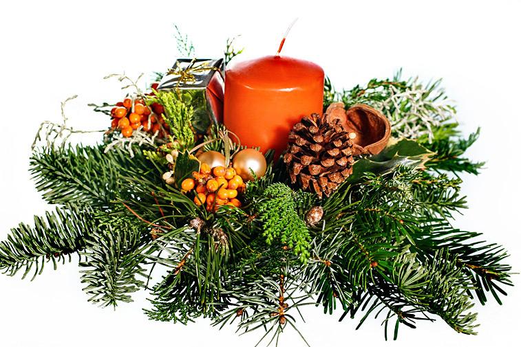 Adventsgesteck Tannenzweige Kerze Weihnachtskugeln
