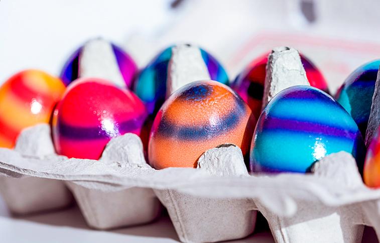Bunte Ostereier im Karton Eierkarton