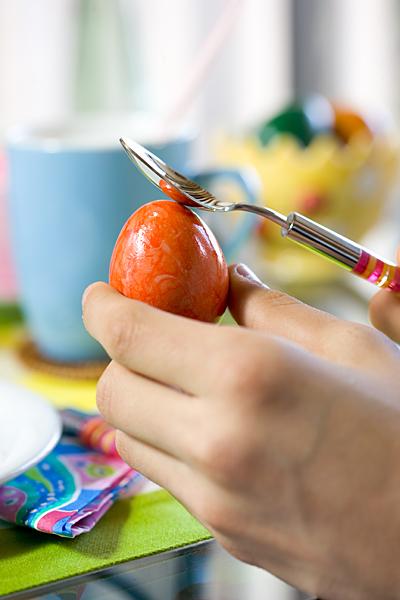 Ostern Osterei Hand Löffel Frühstücks-Tisch