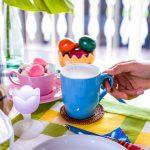 Ostern Ostereier Frühstück mit Milch Tasse