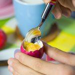 Ostern Ostereier essen Löffel Milchtasse Frühstück