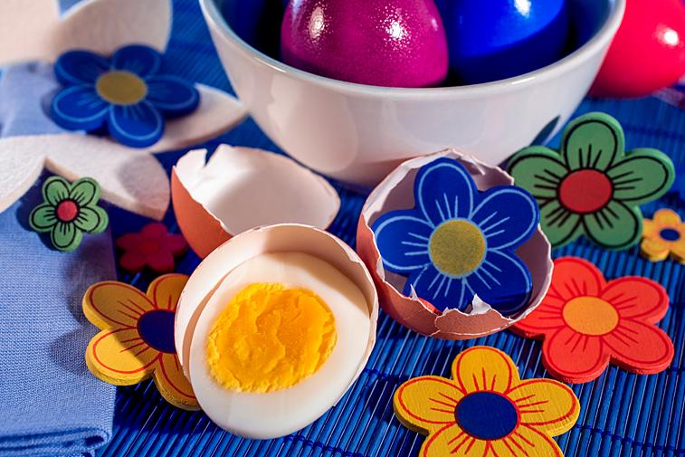 Ostern Ostertisch halbiertes Osterei Ei Hälfte Deko Blumen