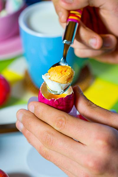Ostern hartgekochtes Ei Ostereier essen Löffel