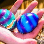 Ostern zerbrochene Ostereier aus dem Nest gefallen