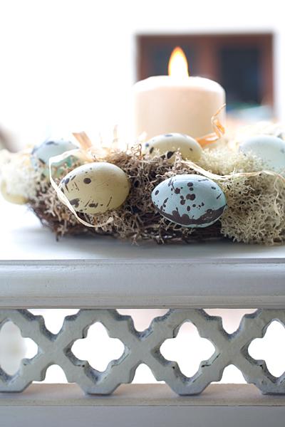 Vogeleier Osterkranz mit Kerze auf weissem Landhaus-Tisch