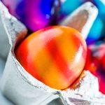 Bunte Ostereier Eierkarton Ostern