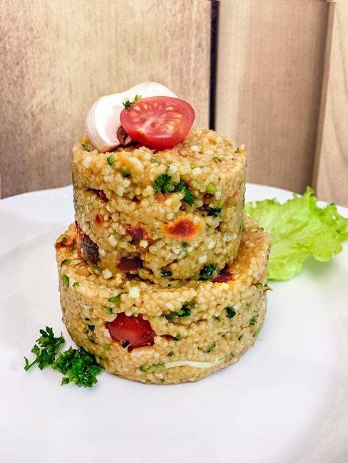 Glutenfreies Hirse Couscous mit Tomaten Champignons Zucchini