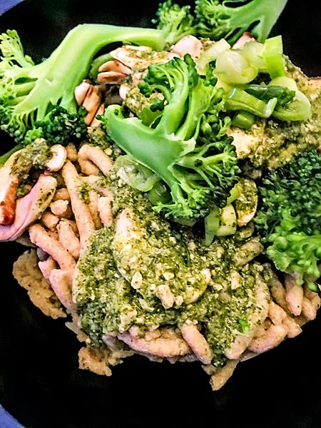 Vegane glutenfreie Buchweizen Spätzle Brokkoli Korianderpesto Champignons Lauchzwiebeln