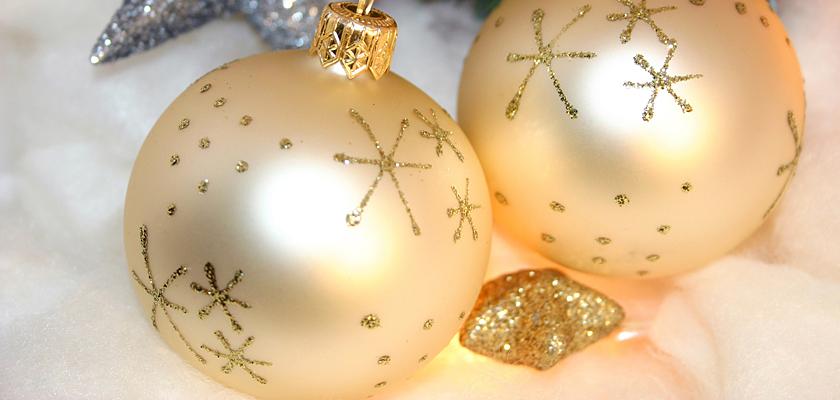 Adventskalender-Bild weisse Weihnachtskugeln Christbaumkugeln